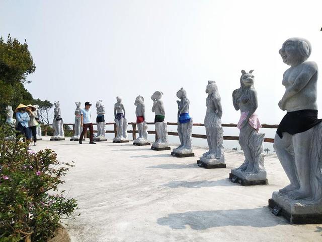 Trước những ý kiến cho rằng loạt tượng 12 con giáp là phản cảm, dung tục, hiện tại phía công ty du lịch đã cho khoác áo lên các bức tượng. Ảnh: Dân trí