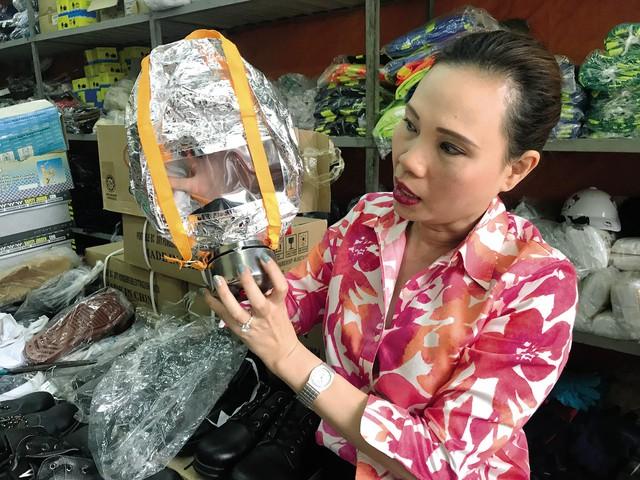 Chủ cửa hàng Bích Hạnh cho biết nhiều khách hàng ham rẻ mua loại mặt nạ chống độc có 75.000 đồng nhưng loại này không chống được khói, có khi còn bị bỏng thêm, trong khi mặt nạ chống khói phải trùm hết cả đầu. ảnh: K.O