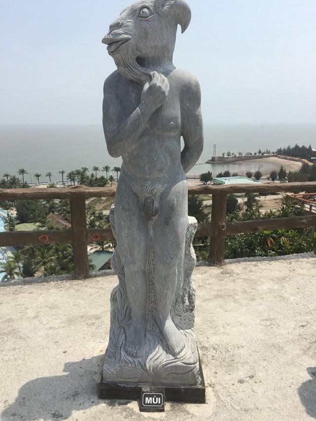 Chiều nay, tượng 12 con giáp đã được chủ Resort cởi bỏ bikini
