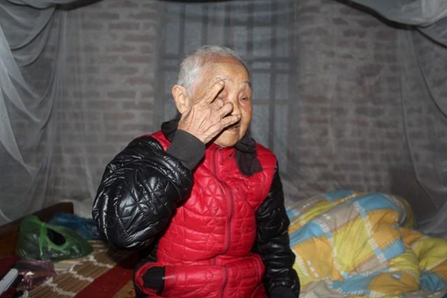 Nghĩ về gia cảnh và người con trai út bị bệnh thần kinh, cụ Ngọt không cầm được nước mắt. Ảnh: Đ.Tùy