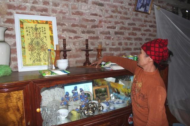 Bàn thờ tổ tiên và người chồng xấu số được đặt tạm trên chiếc tủ của người thân cho. Ảnh: Đ.Tùy
