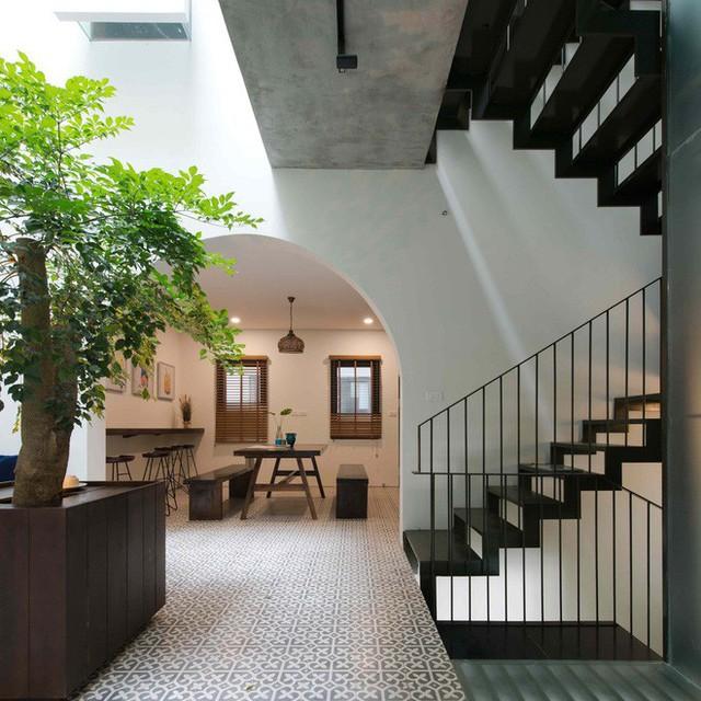 Không gian bếp - sinh hoạt chung rất dễ chịu khi ngập tràn cây xanh - ánh sáng.