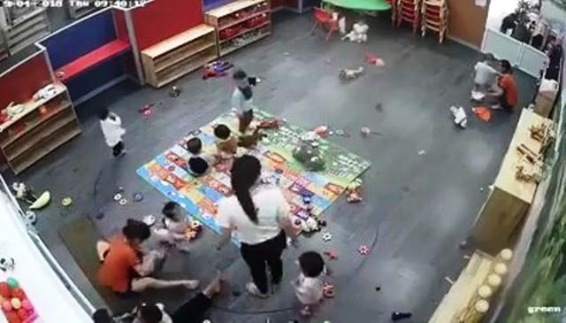 Hình ảnh ghi lại cảnh cô giáo (áo cam) đánh học sinh.