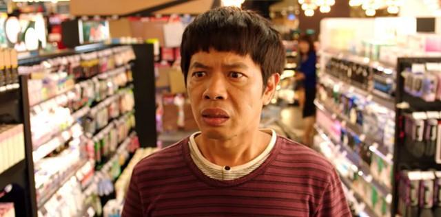 Cảnh chàng vợ Thái Hòa hoang mang trước mê cung đồ phụ nữ trong phim.