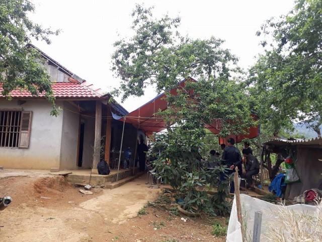 Người thân làm lễ ma chay cho em Sồng A Ninh ( ở bản Pó Nhàng 1, xã Vân Hồ, huyện Vân Hồ, Sơn La).