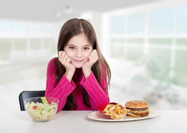 Bữa ăn thiếu cân đối, không đủ dưỡng chất sẽ hạn chế sự phát triển chiều cao của trẻ