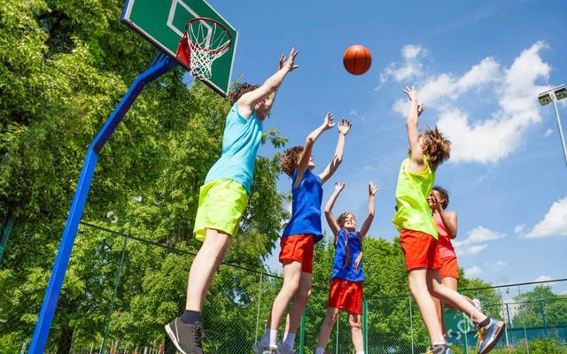 Tham gia các môn thể thao vận động ngoài trời giúp trẻ cao lớn hơn