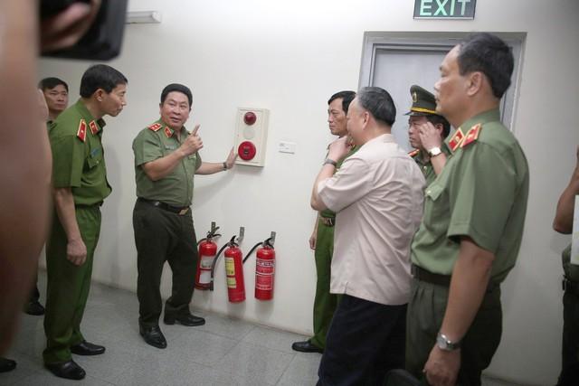 Đoàn liên ngành của Bộ Công an, Bộ Xây dựng tiến hành kiểm tra đột xuất các chung cư ở Hà Nội về vấn đề PCCC. Ảnh: Cục cảnh PCCC, cứu nạn, cứu hộ