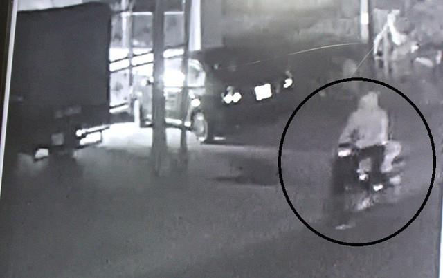 Nam thanh niên mặc áo chống nắng đi xe máy là đối tượng đốt xe ô tô của anh Mạnh. Ảnh: Đ.Tùy