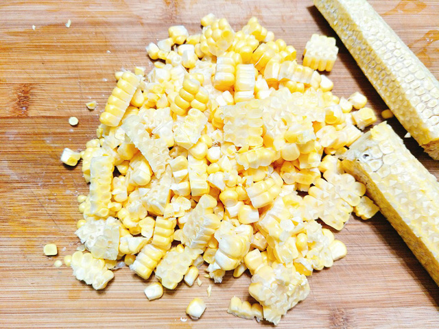 Bắp ngô đem rửa sạch rồi dùng dao tách lấy hạt, phần lõi ngô giữ lại để nấu nước rau câu cho ngọt.