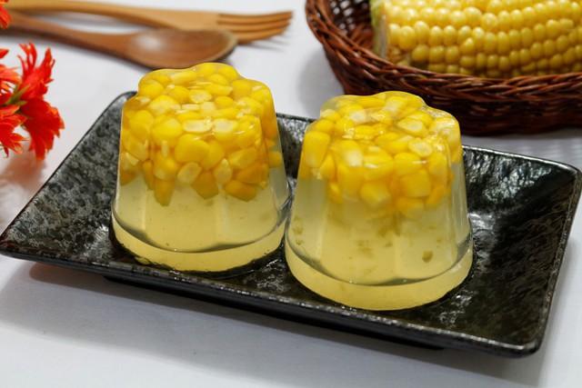 Khi ăn bạn úp rau câu bắp ra đĩa thưởng thức, vị rau câu thanh mát ngọt bùi sẽ làm bạn thích mê.