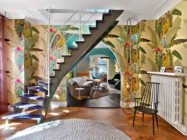 Ngay lối vào phòng khách đã vô cùng bắt mắt với bức tường họa tiết nhiệt đới độc đáo.