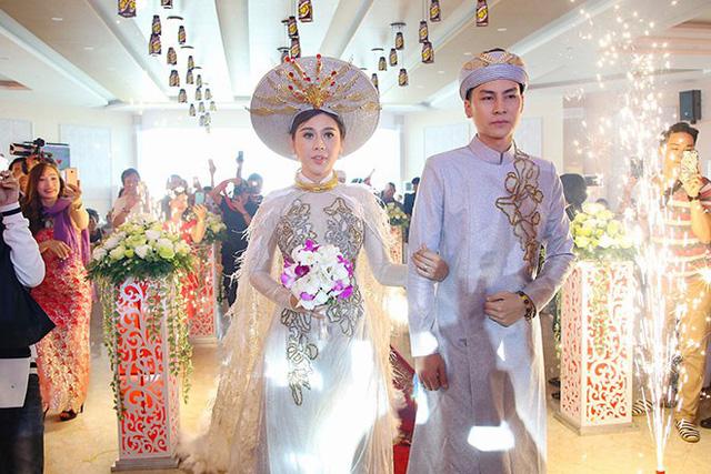 Lâm Khánh Chi cùng ông xã Phi Hùng trong lễ cưới diễn ra vào cuối năm 2017.