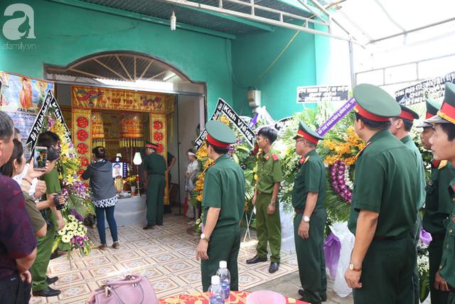 Nhiều đơn vị quân đội cũng đến để viếng chàng hiệp sĩ trẻ.