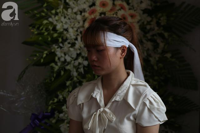 Em gái Nam liên tục rớt nước mắt trong buổi tang lễ.