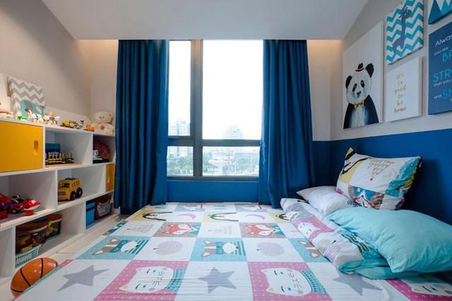 Phía cuối giường là dãy kệ dài để con có thể thỏa sắc trưng bày, ngắm nghía những món đồ chơi hay sản phẩm sáng tạo của mình.