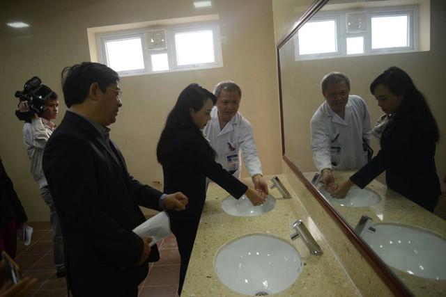 Bộ trưởng Bộ Y tế Nguyễn Thị Kim Tiến kiểm tra nhà vệ sinh Bệnh viện E