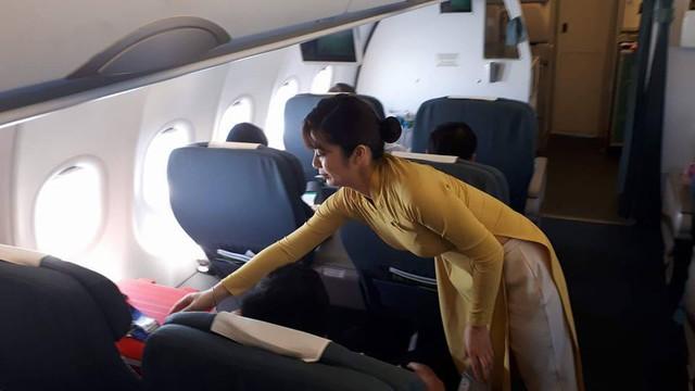 Thùng tạng (màu đỏ bìa trái) đã được bố trí vị trí đặc biệt trên chuyến bay của Vietnam Airline