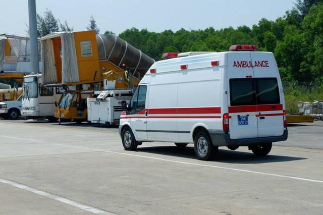 Xe cấp cứu vận chuyển trái tim chàng trai trẻ chết não ra sân bay để vào Huế.