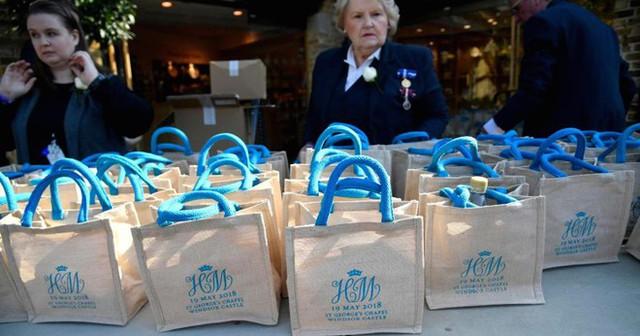 Túi quà trong đám cưới hoàng tử Anh đang được rao bán tràn lan trên mạng. Ảnh: Getty.