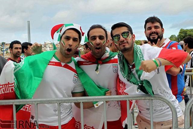 Người hâm mộ Iran sẽ phải cổ vũ cho đội nhà với giá cước truyền hình không hề rẻ. Ảnh: IRNA.