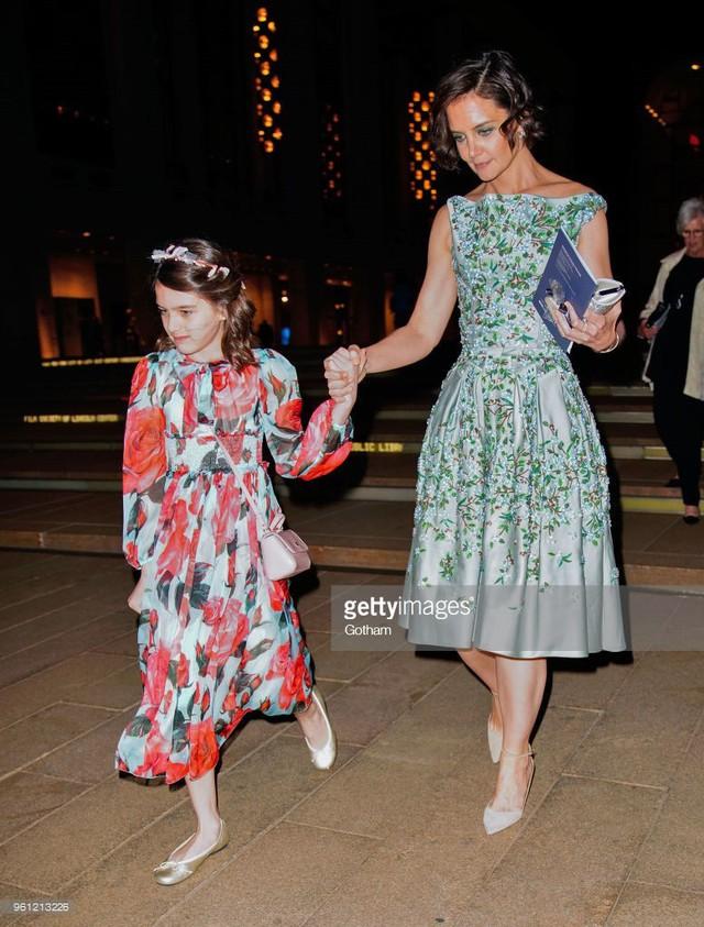 Từ năm 8 tuổi, ngôi sao nhí Hollywood dần mạnh dạn khi bắt đầu xuất hiện ở nhiều sự kiện giải trí và hoạt động làm phim cùng mẹ. Ngoài ra, Katie còn cho Suri theo học bộ môn ballet từ khi còn bé nên đây chính là niềm đam mê lớn nhất của cô chứ không phải công việc diễn xuất.