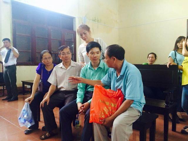 Người nhà nạn nhân tử vong trong sự cố chạy thận ở BVĐK Hoà Bình động viên Bs Hoàng Công Lương, sau phiên toà ngày 23/5.