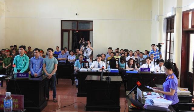 Các bị cáo trong phiên tòa xử ngày 23/5. Ảnh: PV