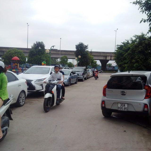Ô tô đậu la liệt phía ngoài bãi xe bị đóng cửa ở khu Kim Văn - Kim Lũ.     Ảnh:HP