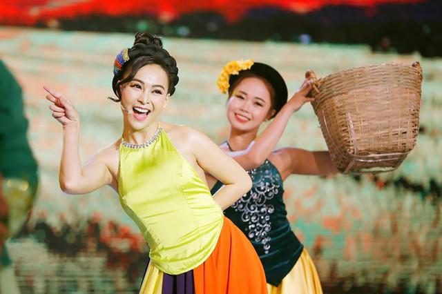 MC xứ Huế gây ấn tượng bởi màn múa và hát ấn tượng. Ảnh: Khang.