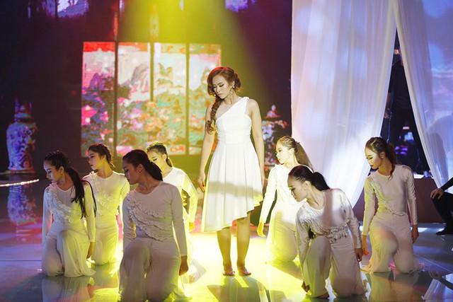Trương Diễm khiến Quý Bình bối rối vì váy chưa phù hợp với bài múa. Ảnh: Khang,
