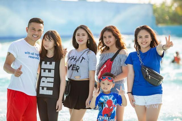 Ca sĩ Lam Trang (ngoài cùng bên phải) rất gần gũi với 3 con gái riêng của chồng. Tú Dưa tiết lộ rằng bà xã chính là chị Thanh Tâm của các con.