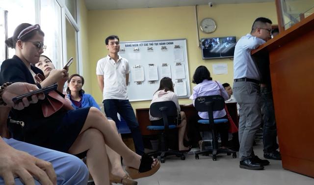 Người dân làm thủ tục tại Văn phòng Đăng ký đất đai Hà Nội. Ảnh: Cao Tuân