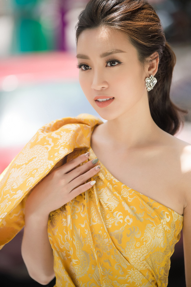 Đương kim Hoa hậu buộc tóc gọn và phụ kiện tối giản để khoe trọn bờ vai thon