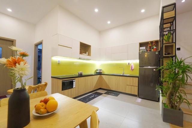 Nội thất mang phong cách Bắc Âu - giao hòa giữa công năng và thẩm mỹ. Anh Trung sử dụng tông màu vàng phù hợp với mệnh Hỏa của gia đình và mang lại cảm giác tươi sáng cho không gian sống.