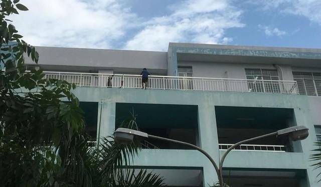 Nam thanh niên đu ngoài ban công sân thượng bệnh viện định tự tử