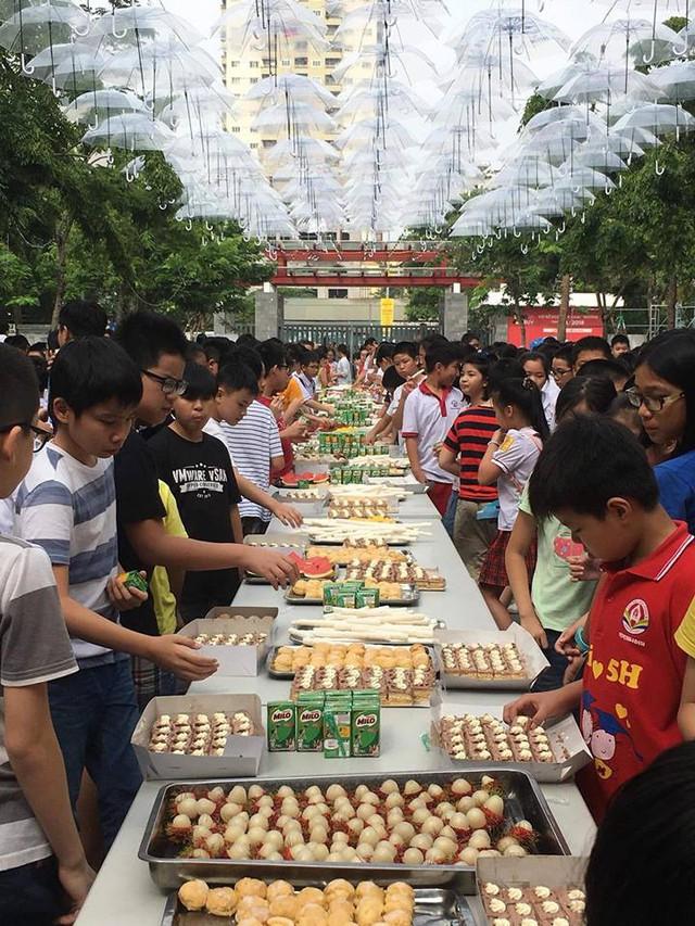 Rất nhiều món ăn nhẹ được nhà trường chuẩn bị cho học sinh dự thi
