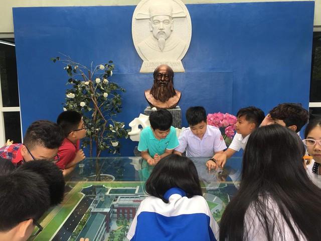 Giờ nghỉ giải lao, học sinh tìm hiểu về truyền thống nhà trường