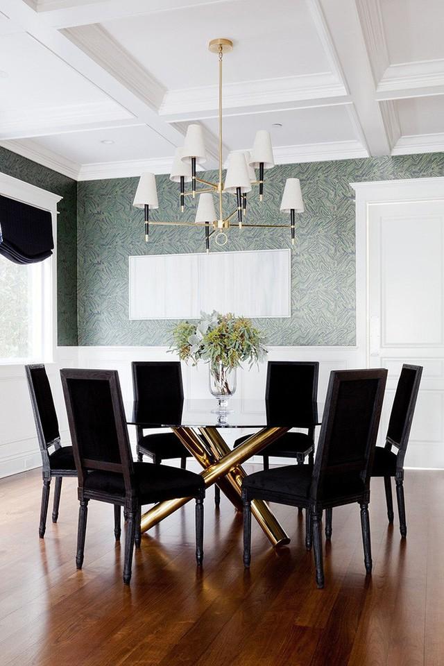 Bạn sẽ không thể nào phủ nhận được vẻ đẹp tinh tế, hiện đại mà mẫu bàn này mang đến căn phòng ăn của gia đình.