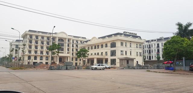 Khu nhà khách tỉnh Bắc Giang mới giờ nằm khiêm tốn phía sau khu trung tâm tiệc cưới và shophouse của Công ty CP Đại Hoàng Sơn (ảnh chụp ngày 16/6/2018)