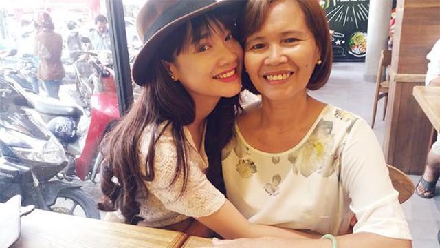 Sau khi nổi tiếng và thành công, Nhã Phương thường đưa mẹ vào TP.HCM để chăm sóc và phụng dưỡng.