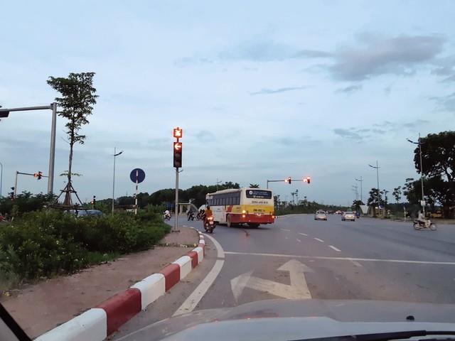 Xe buýt số 46 vượt đèn đỏ ngày 30/5 (ảnh độc giả cung cấp).