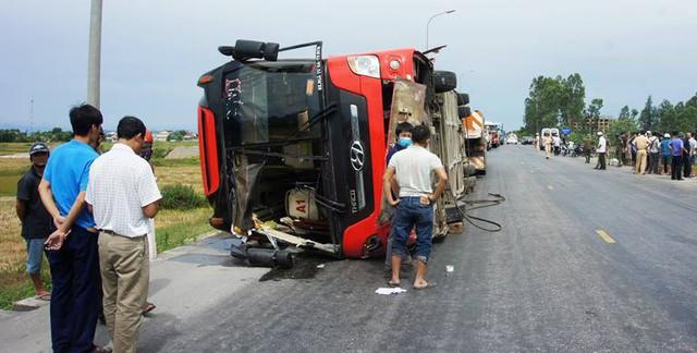 Chiếc xe gặp nạn được các lực lượng chức năng cẩu lên.