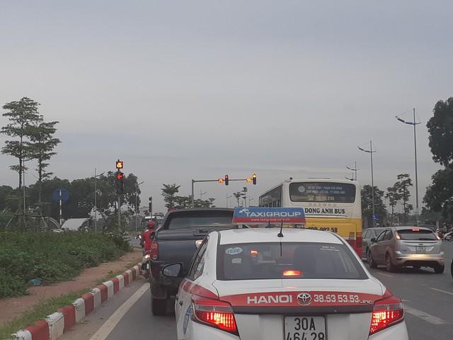 Lái xe buýt tuyến 46 đã chấp hành nghiêm hiệu lệnh đèn tín hiệu tại nút giao đường Trường Sa với đường 6km.