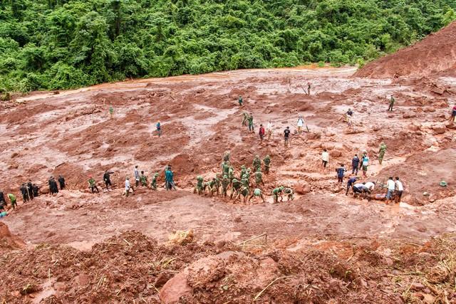 Lực lượng chức năng cùng người dân tích cực tìm kiếm nạn nhân mất tích sau lũ quét.