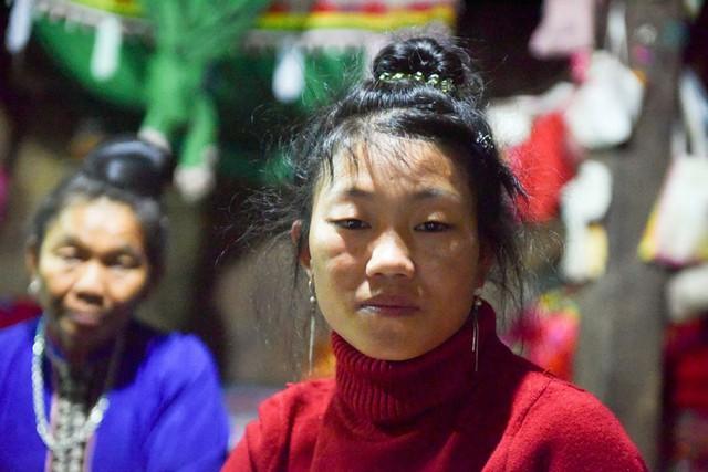 Chị Lò Thị Tươm (24 tuổi), người phụ nữ mất chồng, mất bố, mất em vì sạt lở đất.