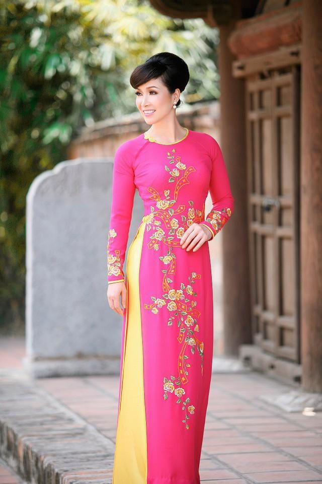 Áo dài là trang phục Hoa hậu Bùi Bích Phương thường xuyên lựa chọn