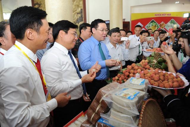 Phó thủ tướng Chính phủ Vương Đình Huệ tham quan các gian hàng trưng bày vải thiều