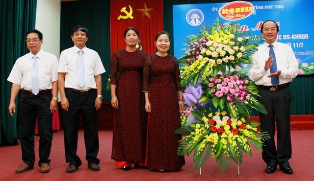 Phó Chủ tịch UBND tỉnh Hà Kế San tặng hoa chúc mừng Chi cục DS-KHHGĐ