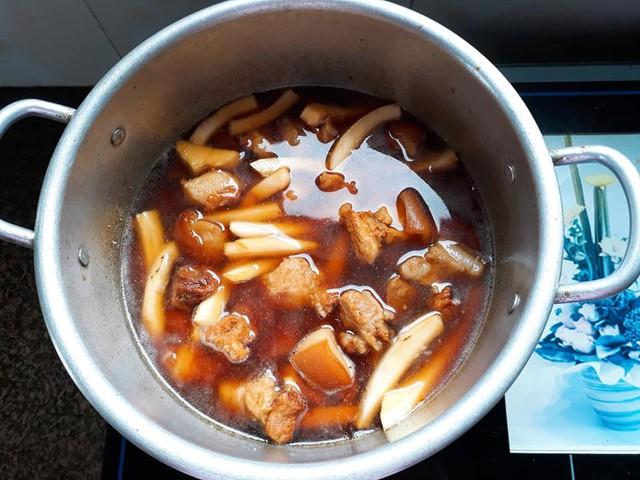 photo 3 15313605249251606585210 - Cách làm thịt kho dừa thơm ngon, béo ngậy